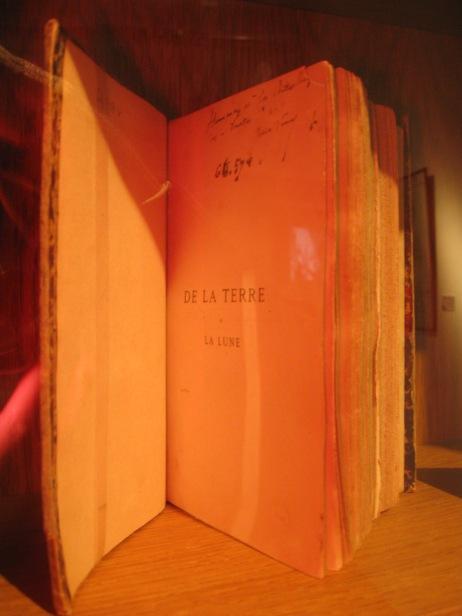 """Un exemplaire de """"De la terre à la lune"""" dédicacé par Jules Verne"""